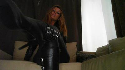 Lady Nivia waits for slave to humiliate